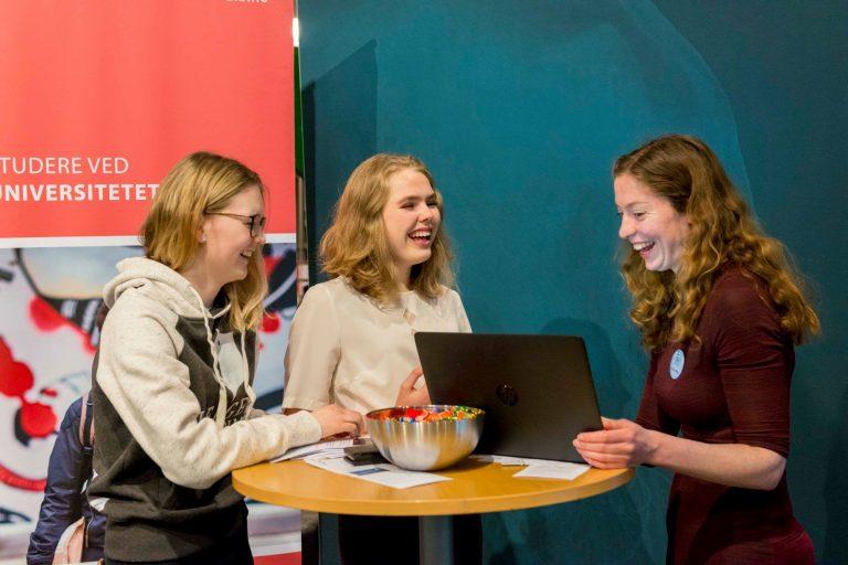 Elevene Emma og Mia og Torill Eidsvaag fra Det matematisk-naturvitenskapelige fakultet ved Universitetet i Bergen.