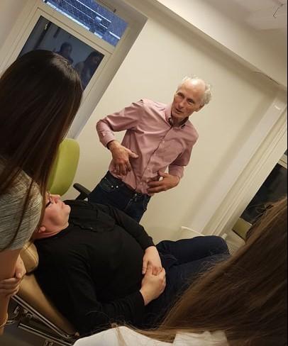 Arne Ulven, tidligere Overlege og forskningssjef ved Norsk senter for Maritim og Dykkermedisin og Radio Medicos leder Agnar Tveten simulerer diagnostiseringen av en blindtarmbetennelse i forbindelse elevbesøk hos legene.